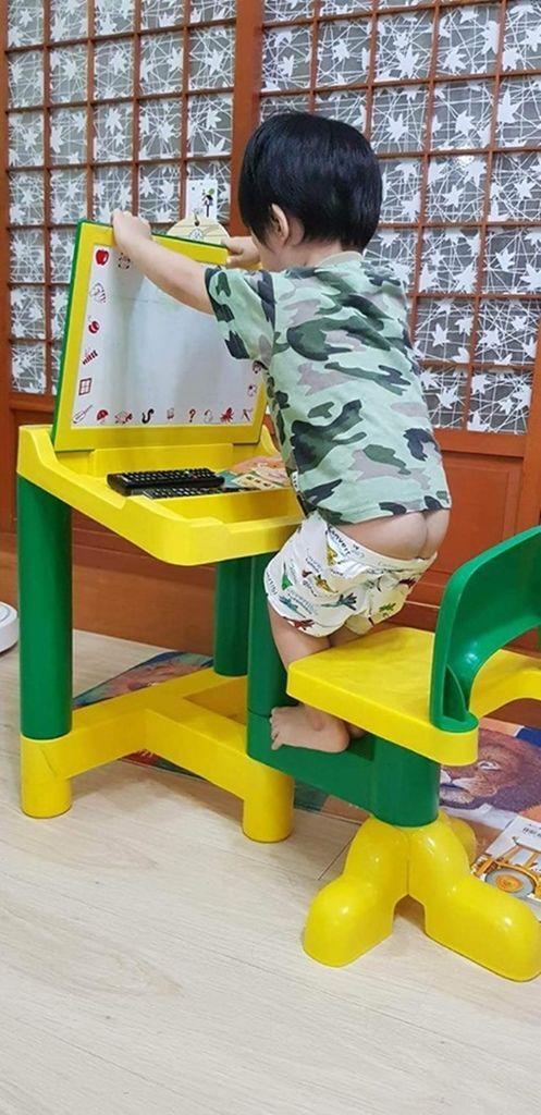 台灣品牌兒童成長書桌推薦STANDWAY電動升降桌培養正確坐姿、不彎腰駝背設計人性化、小孩喜歡,從3歲用到大學畢業的兒童書桌台灣品牌兒童成長書桌推薦STANDWAY電動升降桌培養正確坐姿、不彎腰駝背設計人性化、小孩喜歡,從3歲用到大學畢業的兒童書桌