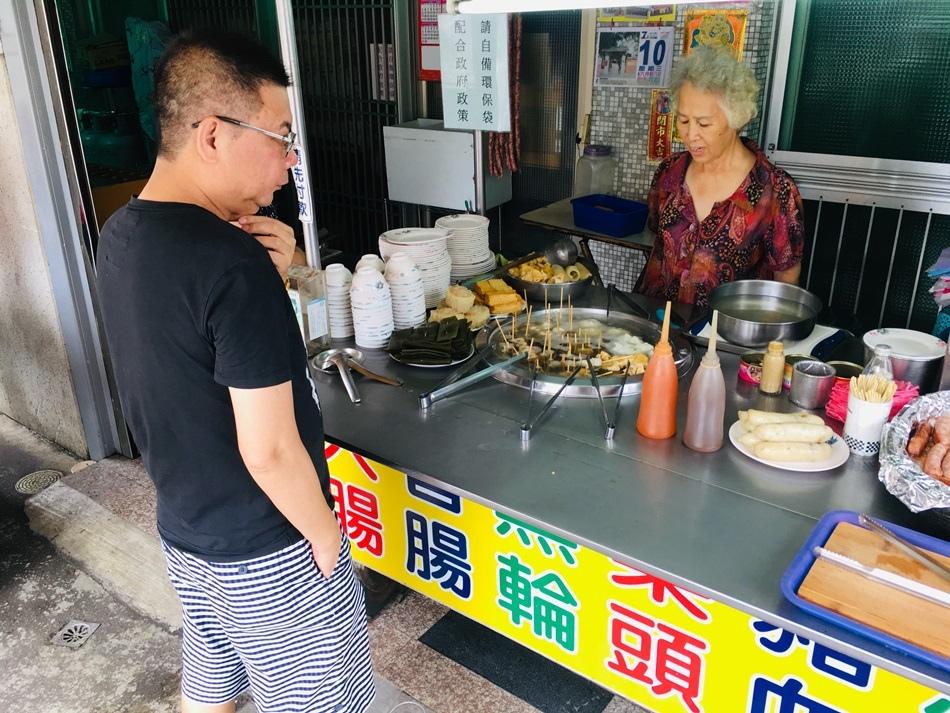 台南隱藏美食-便宜又好吃老字號文南路黑輪最低調的小時候的回憶,香腸配蒜頭免費好喝的湯古早味紅茶