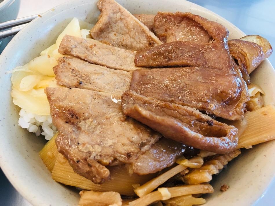 台南美食永樂市場永樂燒肉飯傳統木炭燒烤免費沙拉俗又大碗香噴噴的燒肉飯之好吃