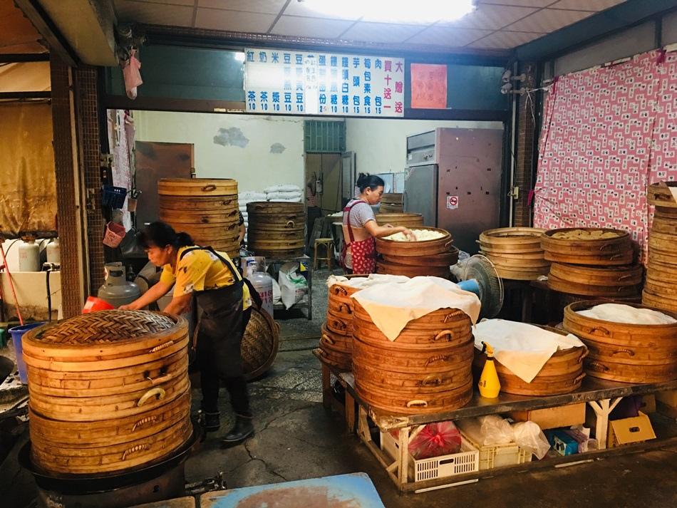 台南美食-在地人才知道的好吃新化黃肉包推薦好吃筍子包、芋頭包30年菜包、肉包15元不漲價