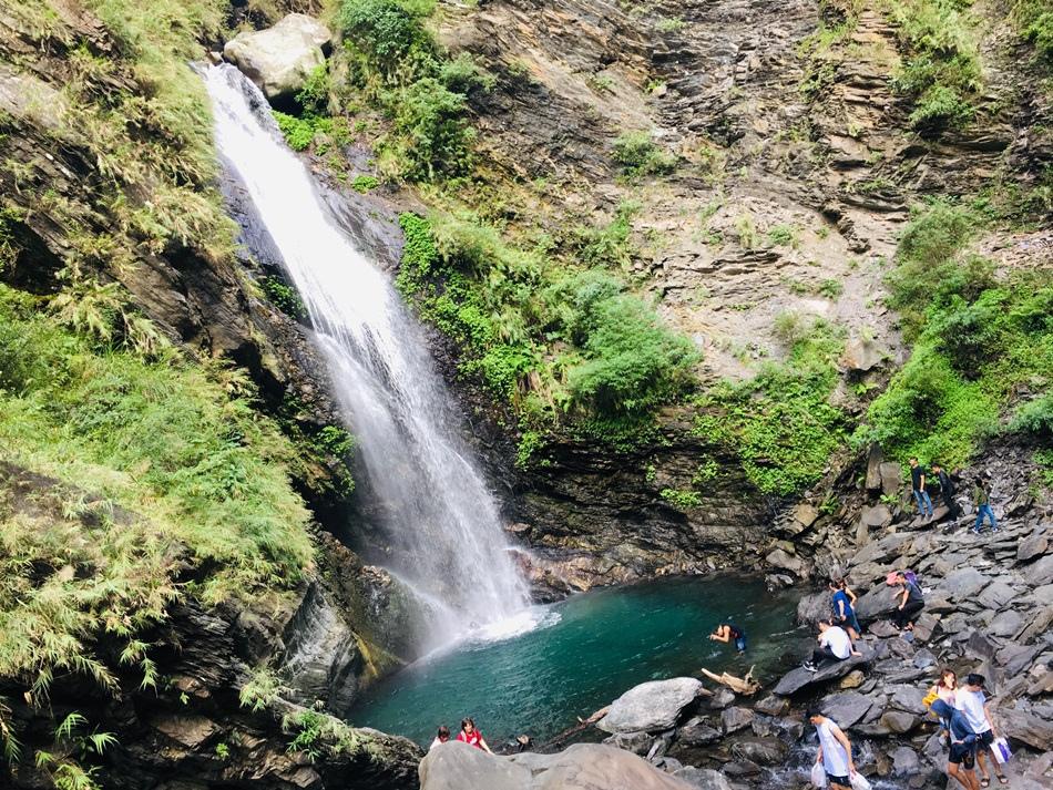 屏東親子旅遊推薦人間秘境霧台的神山瀑布,水超碧綠的人煙罕至非常靜謐這裡是我們的私房秘境
