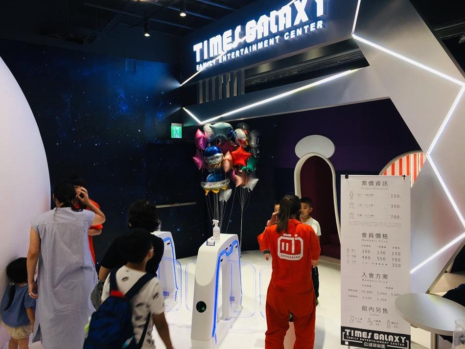 高雄夢時代建築樂園銀河時代館全台首座美式大型家庭娛樂中心孩子最愛的太空銀河X科幻復古主題,斥資千萬打造娛樂新體驗,300坪超大空間等你玩