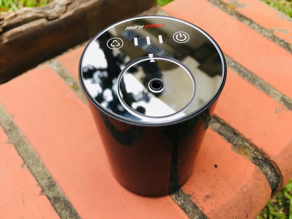 IMG_4051MiniPRO微型電氣大師智能香氛機精油擴香儀針對台灣潮濕氣候的免加水設計,讓空氣更乾爽;不需加熱、免插電設計,使用上更安全;三段噴霧模式對應不同空