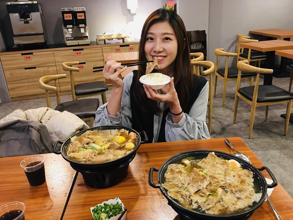 台南美食小石鍋台南永康中華店超多肉肉鋪滿整個比手掌還大的鑄鐵鍋,超好吃脆皮冰淇淋這裡吃通通免費