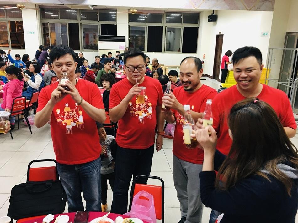 台南美食公益辦桌溫馨上菜結合四位台南知名部落客語39家廠商溫暖送弱勢,席開41桌