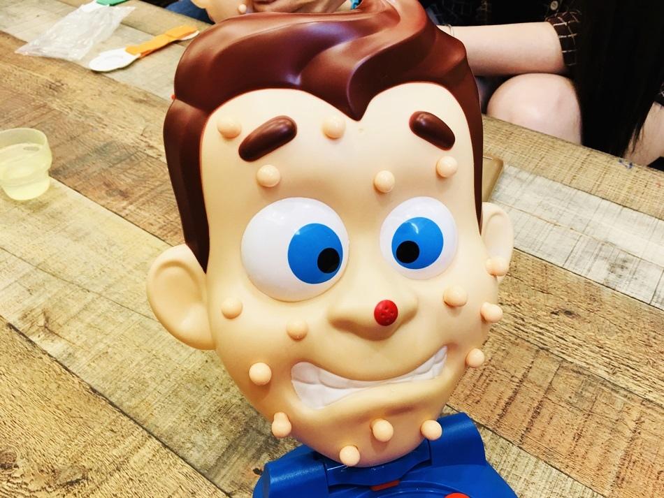 台南玩具擠痘醫生有點噁心又療癒爆裂青春痘桌遊露營用遊戲療育又紓壓會噴水的