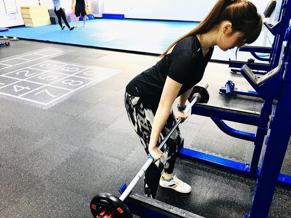 台南專業健身教練推薦│CA體能工作室,就連美女都需要健身了,Mts健康運動工作室提供量身打造的訓練場地,那您還在等甚麼呢??第八堂課深蹲、坐姿划船、直臂划船、二頭彎舉、腳