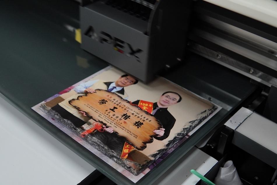 客製化岩片印刷過程-UV直噴機
