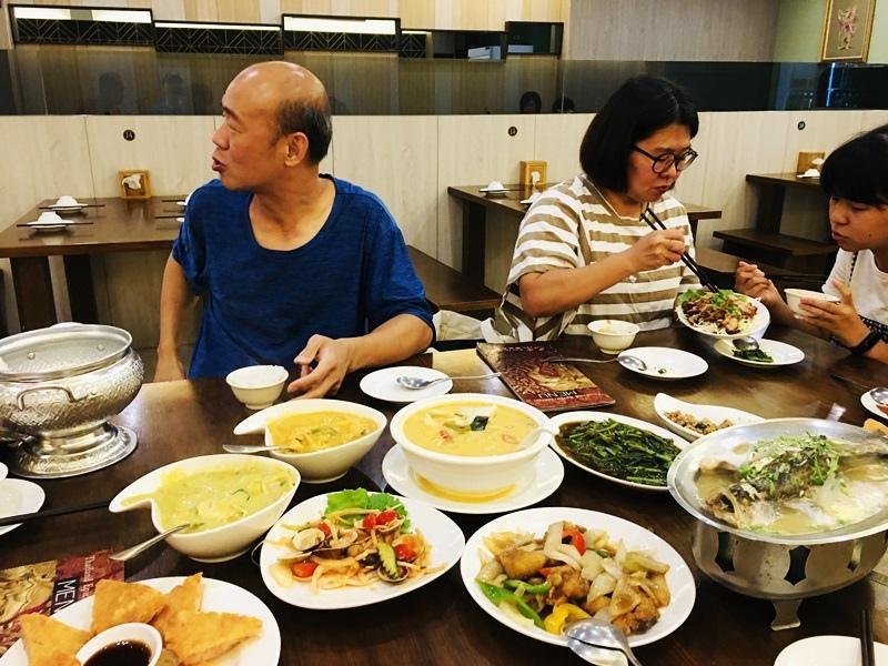 台南美食│巴東泰式料理適合家庭聚餐,朋友聚會最愛月亮蝦餅、檸檬魚特別推薦台南好吃泰式料理