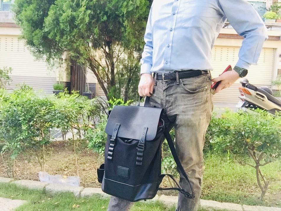 型男背包必買PRÅPER經典黑來自北歐瑞典斯德哥爾摩背包品牌GASTON LUGA出門旅行、放筆記型電腦怎麼少得了一個實用又個性的背包