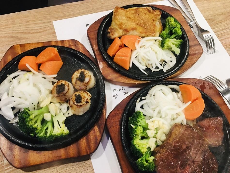 台南牛排推薦丹妮牛排原塊牛肉評價很好的高CP值牛排店推薦直接佐海鹽或是胡椒,才可以吃到牛肉多汁和鮮甜