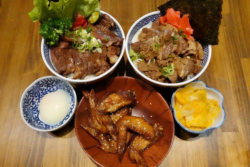 台南美食丁次郎永康崑大店日本燒肉及丼飯的燒肉屋台超大碗牛排丼飯主廚秘製叉燒醬,色澤鮮明、香味四溢