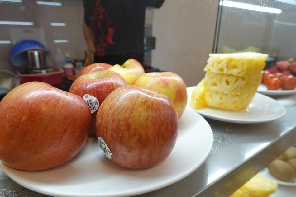 台南品馨冰果室新光三越中山店旁,現切水果最新鮮好吃甜度夠海鮮鍋燒意麵超好吃