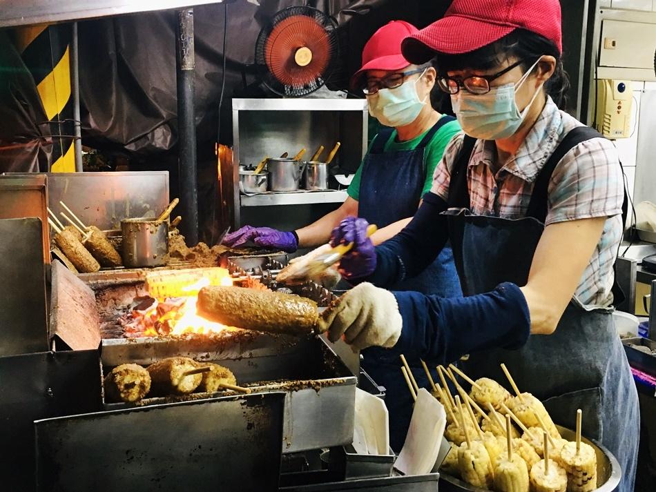 台南好吃古早味燒番麥,保安路石頭鄉燜烤玉米府城人排隊無敵燒番麥