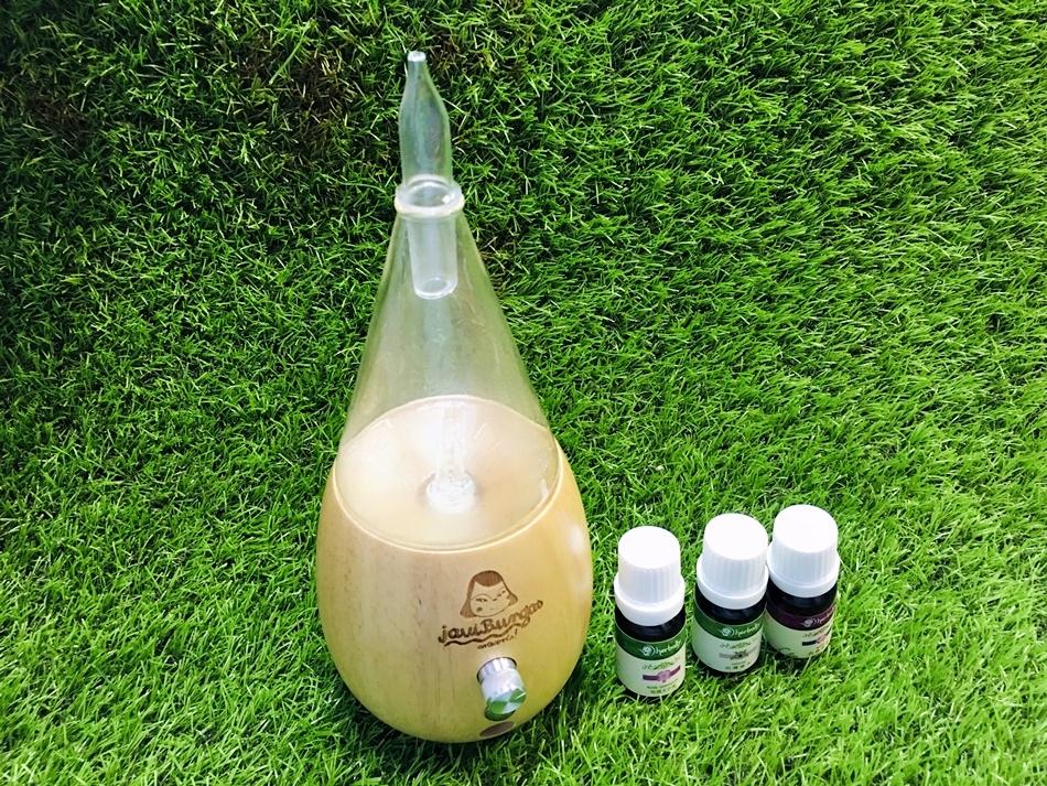 精油擴香儀推薦herbally草本真情,使用精油擴香儀之物理擴香原理追求最佳的的精油擴香方式,專業芳療師調配精油不添加礦物油、人工色素及香料
