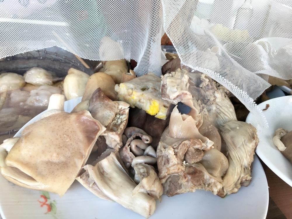 高雄湖內天下第一刀黑白切沾醬裡面的哇沙比是山葵磨,六十年老店蟳丸,鯊魚煙,豬肺,豬舌,粉腸