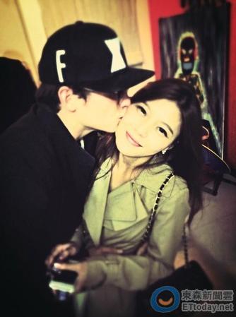 倪安東親吻老婆