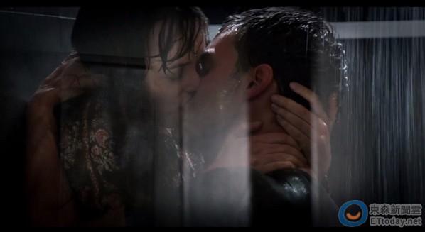 安娜跟格雷在浴室有場激烈性愛戲碼