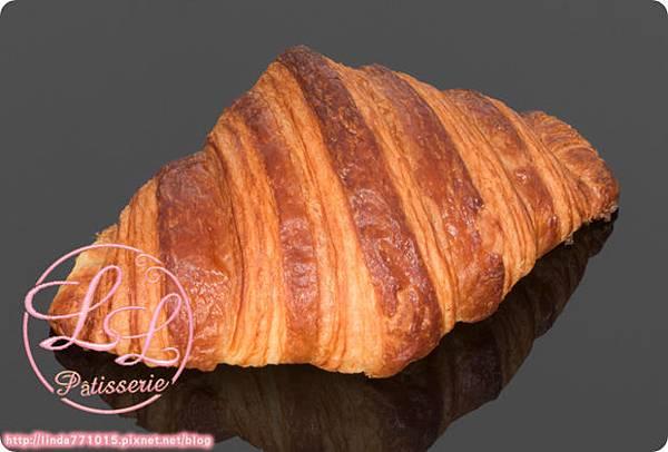 des_gateaux_et_du_pain_croissant_1