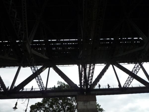 大橋下隱約可看到有人走在上面~走一次要AU200....超貴啦.JPG