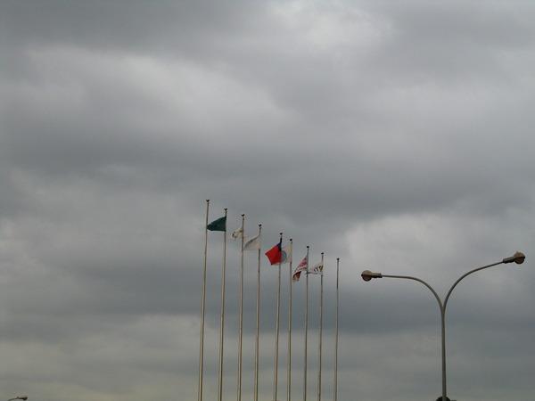 機場外的國旗飄揚