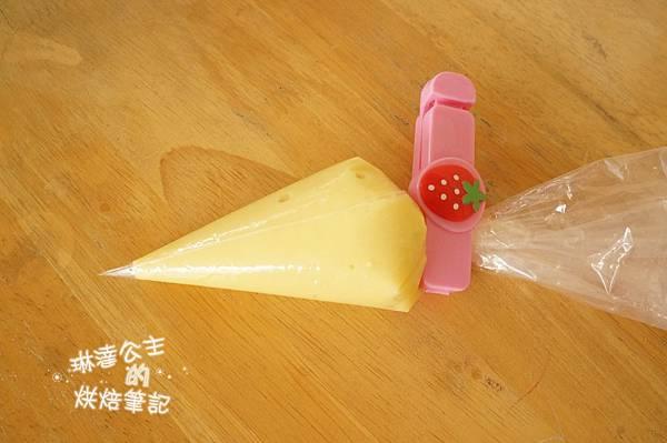 卡士達醬從冰箱拿出來後先用打蛋器攪拌到滑順,裝 ...