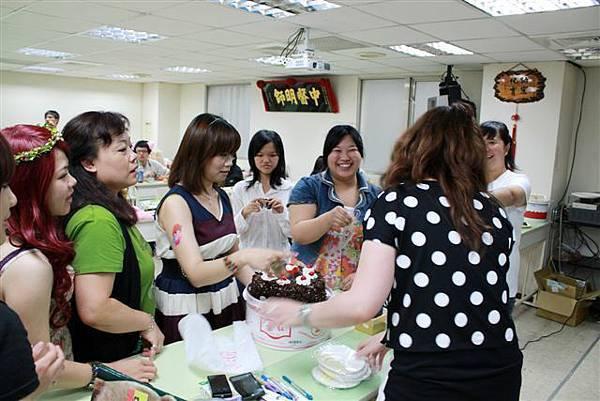 大家都來吃蛋糕,分享壽星喜悅
