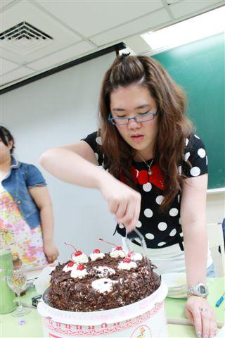 閃開!切蛋糕要專業的來!