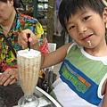 IMG_7935-香草咖啡館 恩恩飲用阿媽的磨卡冰沙.JPG