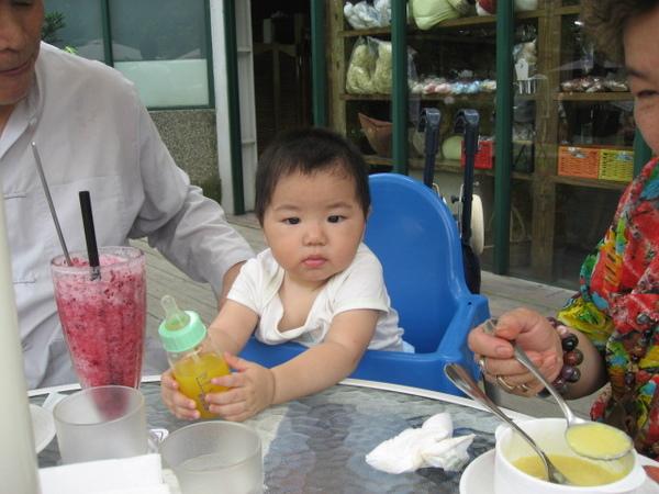 IMG_7946-香草咖啡館 恩筌筌飲用柳橙汁.JPG