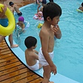 IMG_8013-歐式皇冠游泳池 兄弟想下去玩.JPG