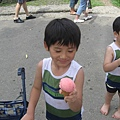 IMG_8059-皇后冰淇淋小屋  恩恩食用草莓冰.JPG