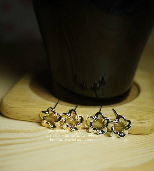 扭結五瓣花簡單時尚耳環  68元
