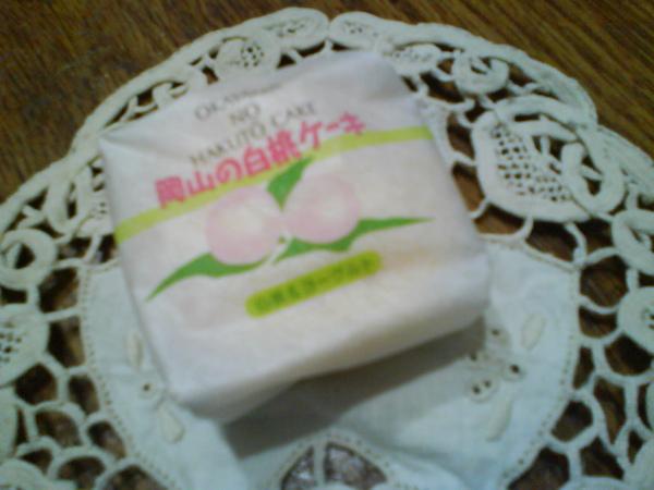 媽媽從日本帶回來的小點心~岡山白桃(是陶太郎的故鄉呢!!)