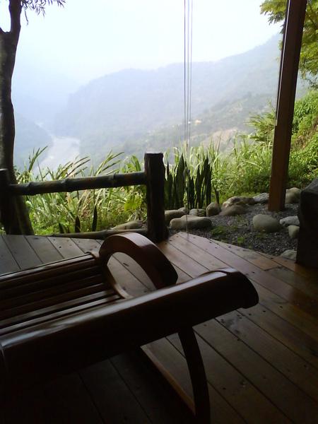 泡湯旁有躺椅可以看風景.