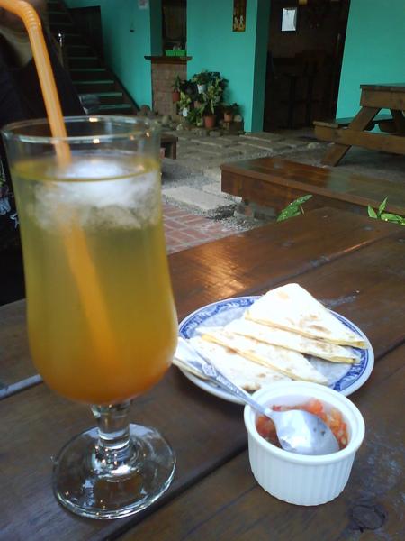 泡湯完可以享用的下午茶~起司夾餅跟梅子汁