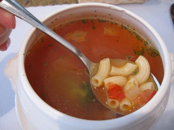 我的蕃茄蔬菜湯 有加通心粉~比我煮的好喝好多><