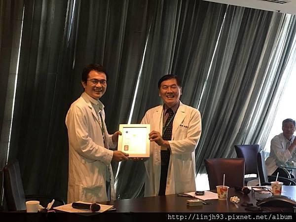 吳鴻昇院長於外科會議頒獎.jpg