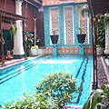 好一個民俗風游泳池
