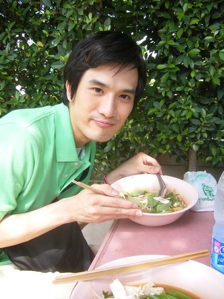 大中午30度在路邊吃著辣湯河粉