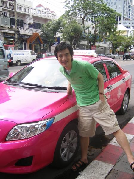 泰國的計程車不僅便宜..顏色更美豔哩
