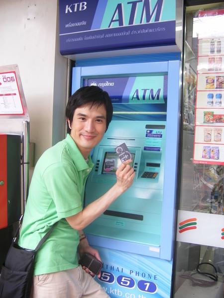吼...不只計程車...連ATM都色彩繽紛