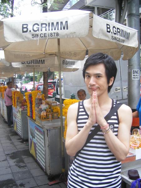 這是曼谷必走行程-四面佛邊邊的賣花攤