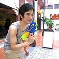 真可惜台灣沒潑水節..不然...射死你!
