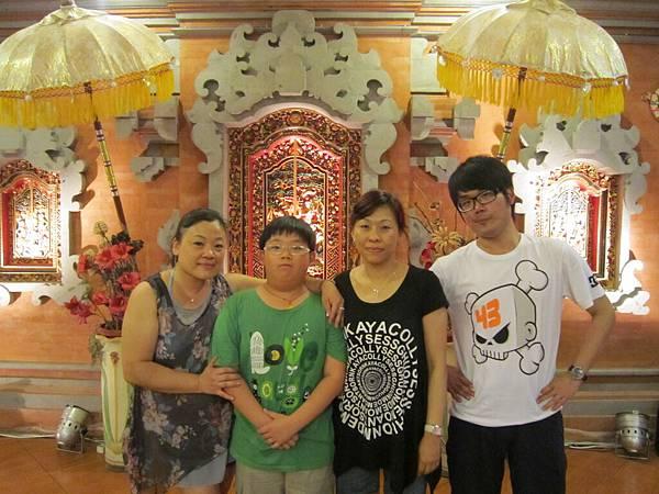 2011.1.29~2.2-峇里島-4-珍寶皇家貴族秀餐館-4(宮主&Amy&大小少爺).JPG