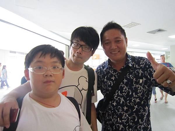 2011.1.29~2.2-峇里島-5-機場送機(當地導遊阿亮&二位少爺).JPG