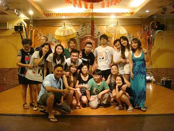 2011.1.29~2.2-峇里島-4-珍寶皇家貴族秀餐館-2(團員合影&領隊'導遊).JPG