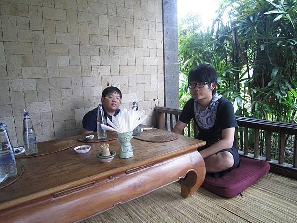 2011.1.29~2.2-峇里島-3-髒鴨風味餐餐廳-3(大小少爺).JPG