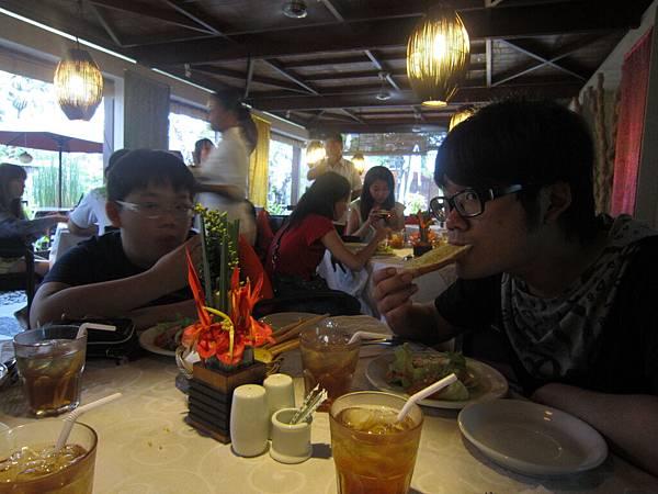 2011.1.29~2.2-峇里島-3-水明漾椰林餐廳-2(大小少爺).JPG
