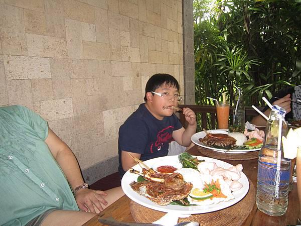2011.1.29~2.2-峇里島-3-髒鴨風味餐餐廳-5(小少爺).JPG